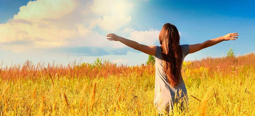 Donna libera in un campo di grano